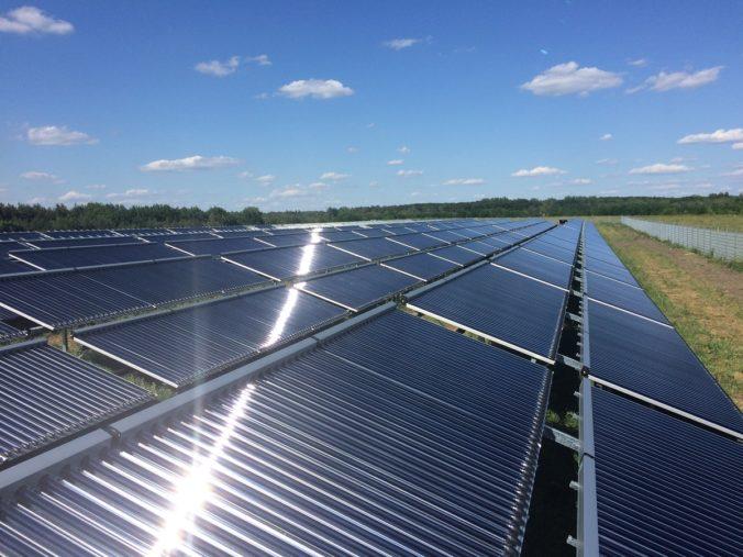 Zu sehen ist eine Solarthermie-Anlage mit Vakuumröhren für die solare Fernwärme.