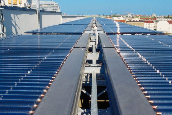 Zu sehen ist eine Solarthermie-Anlage mit Vakuumröhren. Solarthermie spielt im Energiekonzept für 2050 eine wichtige Rolle.