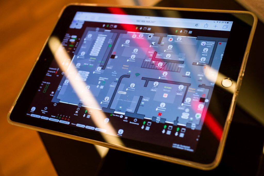 Zu sehen ist ein Tablet, das die Anlagendaten anzeigt. Auch die Überwachung der Solarthermie erfolgt heute über Digitale Kommunikation.