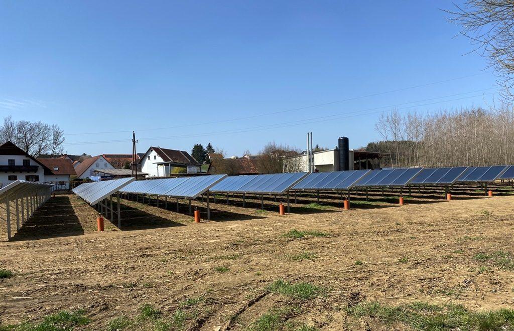 ZU sehen ist das Kollektorfeld vom Solarheizwerk von Gasokol.