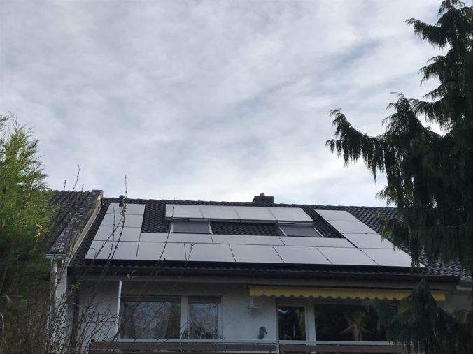 Zu sehen sind die beiden Solaranlagen für Strom und Wärme auf dem Dach von Gerhard Reis. Unser Leser fragt, ob sich das Umbauen der Solarthermie lohnen würde.