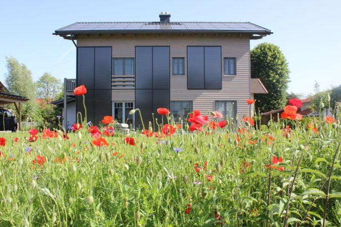 Zu sehen ist eine Solarthermie-Anlage an der Fassade. Auch die Einschätzung, dass Solarthermie nur auf einem geneigten Süddach funktioniert, ist einer der Solarthermie-Irrtümer.