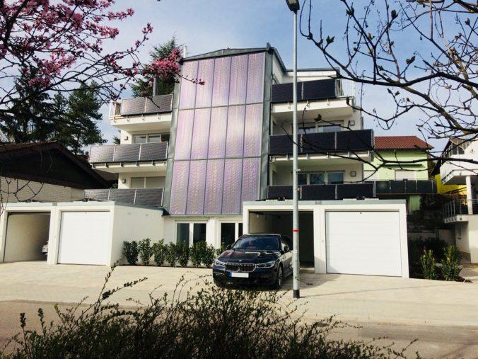 Zu sehen ist ein Sonnenhaus mit Solarthermiefassade. Die Mehrkosten werrden seit Jahresbeginn durch die Förderung abgedeckt.