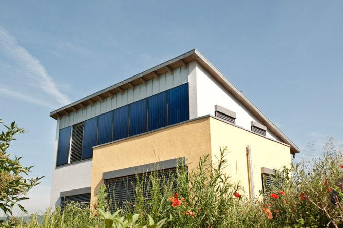 Schleswig-Holstein fördert Solarthermie, wie hier an einer Fassade zu sehen.