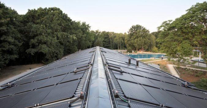 Zu sehen ist das mit Schwimmbadabsorber belegte Dach des Technikgebäudes.