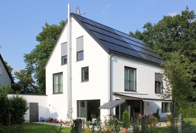 Moderne Solararchitektur vereint Solarthermie und Photovoltaik