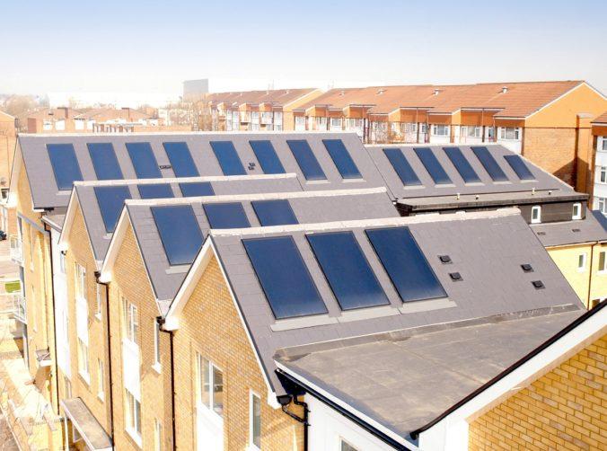 Zu sehen sind Solarthermie-Dächer in England.