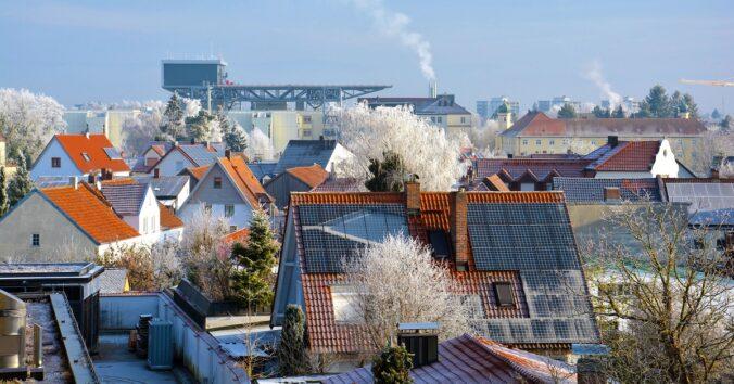 Zu sehen sind Dächer mit Photovoltaik. Genauso gut passen Solarthermie und Wärmepumpe zusammen