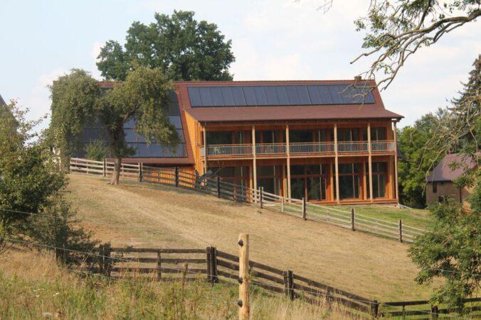 Die Solarthermie Anlage erzeugt Wärme für die Sonnenscheune. Foto: Hofgut Erler GbR