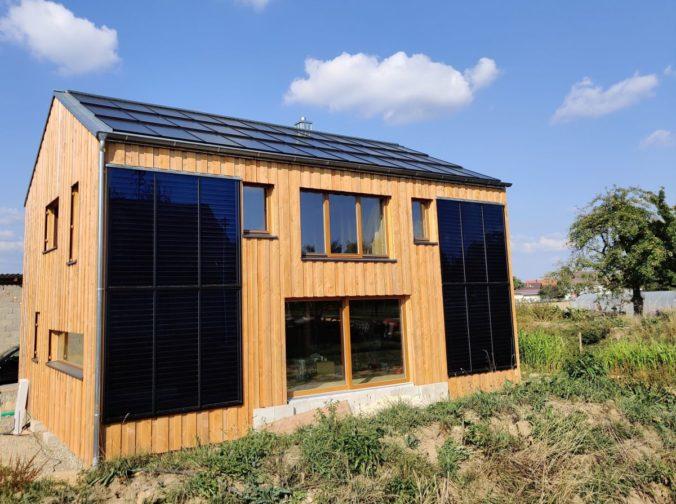 Strohballen-Sonnenhaus mit PV und Solarthermie