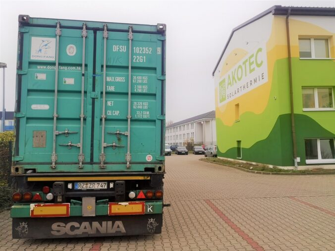 Zu sehen ist die Anlieferung der Schiffscontainer auf dem AKOTEC Gelände.