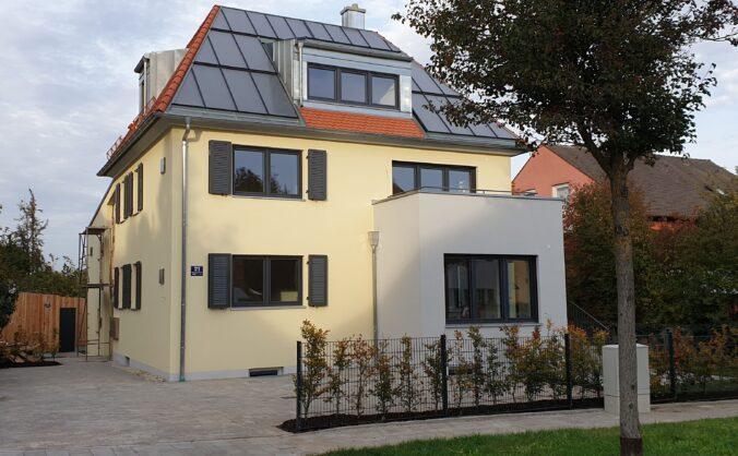 Zu sehen ist ein Gebäude mit einer Sonnenhausheizung in Regensburg.