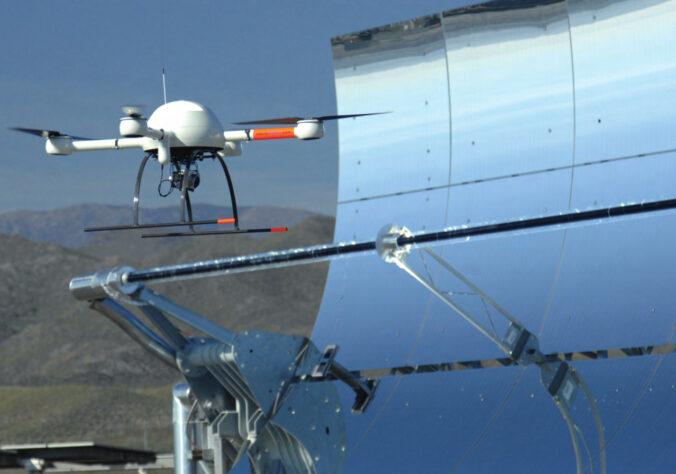 Zu sehen ist eine Drohne über einem Parabolrinnenkollektor.