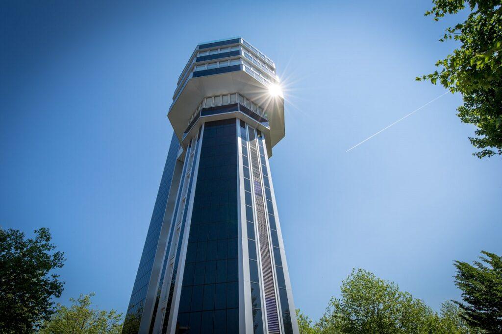 Zu sehen ist der Aquahotel Turm, ein Leuchturnprojekt aus dem Solarthermie-Jahrbuch 2021