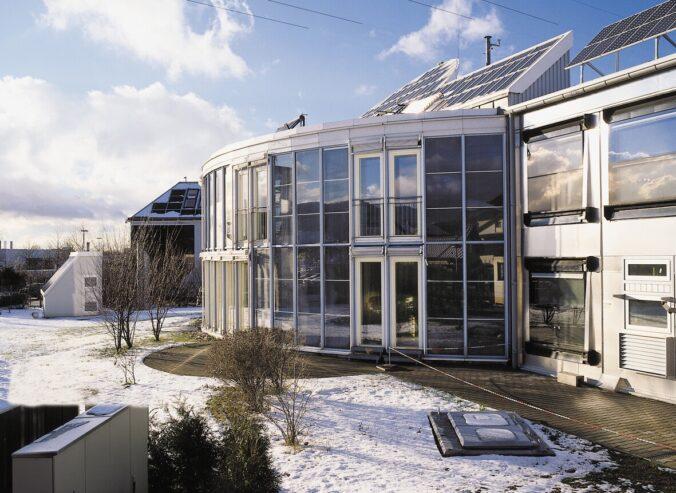 Zu sehen ist das Solarhaus Freiburg, eines der ersten Projekte, die von der Solarthermie-Forschungsförderung der Bundesregierung profitiert haben.