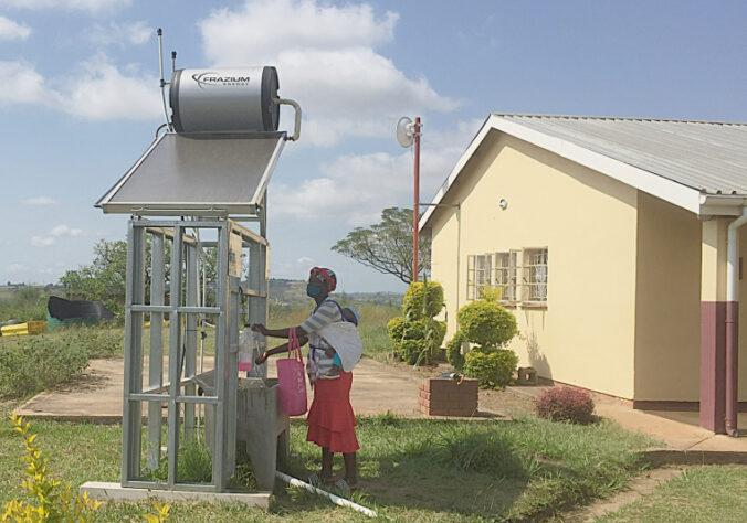 Zu sehen ist eine Thermosiphonanlage an einer Klinik in Eswatini.