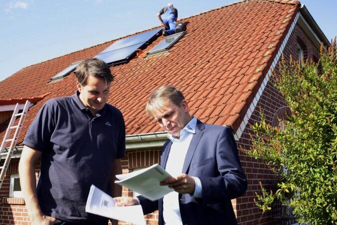 Zu sehen ist eine Kundengespräch. Co2.Online hilft beim Solarthermie-Check.