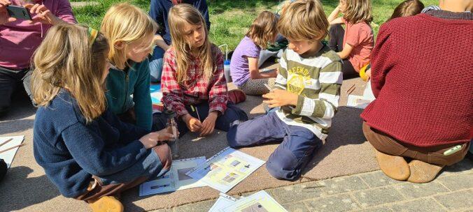 Zu sehen sind die Schüler:innen der freien Draußenschule in Angermünde beim Basten beim vom Solarkollektor-Hersteller Akotec veranstalteten Projekttag.