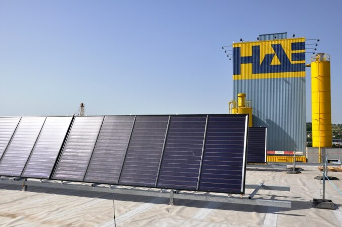 Zu sehen ist eine Solarthermie Anlage für die Prozesswärme beim Betonfertigteilhersteller Habau.