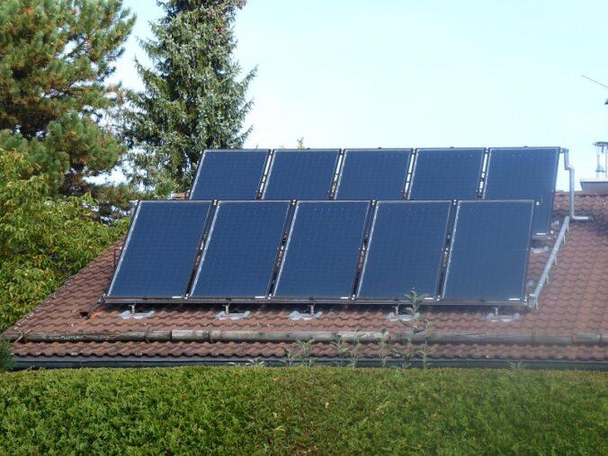 Zu sehen ist das Kollektorfeld des Münchner Hauses mit der Solarheizung mit Direkteinspeisung der Solarthermie.