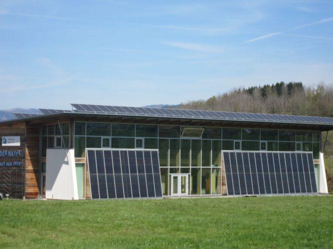 Naturpark-Informationshaus mit Solarthermie an der Fassade