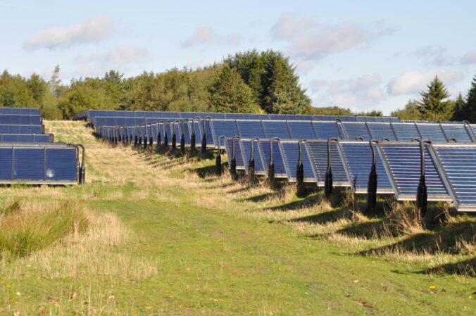 Zu sehen ist eine Solarthermie-Freiflächenanlage im dänischen Braedstrup.