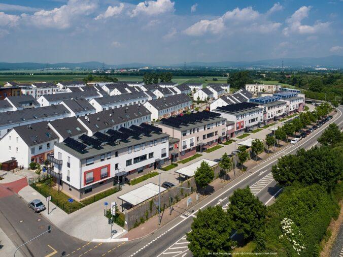 Zu sehen ist ein Wärmenetz mit Solarthermie in der Wohnungswirtschaft.