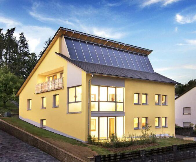 """Zu sehen ist ein Sonnenhaus, über Autarkie mit Solarthermie ist Thema beim Web-Forum """"Solarthermie 2021""""."""