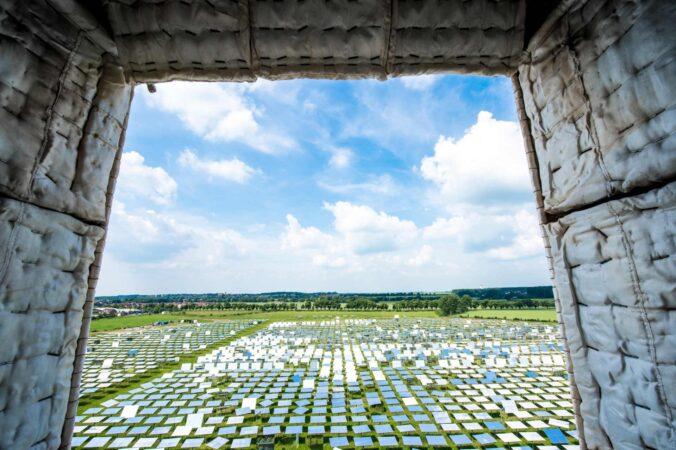 ZU sehen ist der Blick auf Solarspiegelfeld in Jülich.