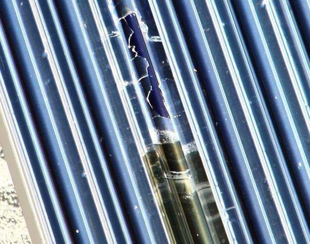 Zu sehen ist eine durch Hagelschlag zerstörte Vakuumröhre. Diese Solarthermie-Anlage holt sicher nicht mehr den optimalen Ertrag heraus.