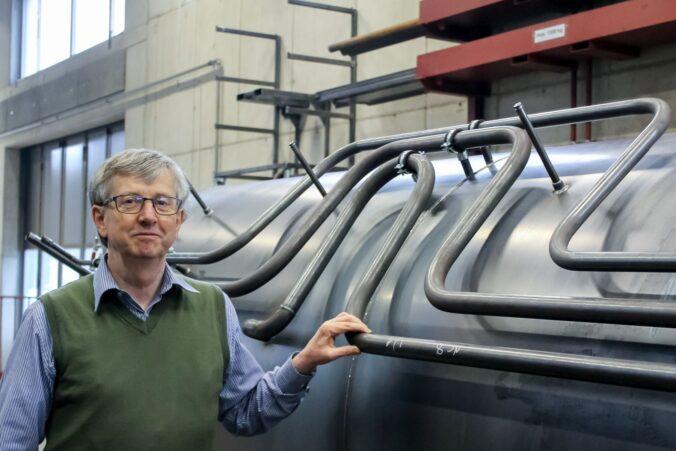 Der Schweizer Solarpionier Josef Jenni vor einem Wärmespeicher der Jenni Energietechnik