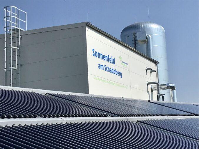 Die Solarthermie-Anlage speist CO2-freie Wärme in das Fernwärmenetz der Stadtwerke Mühlhausen ein.