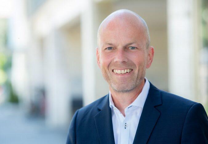 Zu sehen ist Christian Stadler, bei Viessmann zuständig für Solarthermie-Großanlagen
