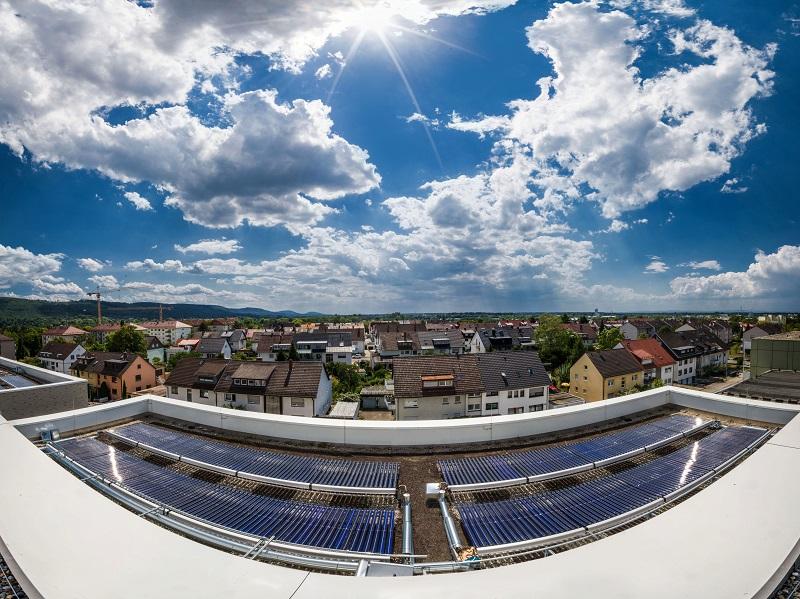 ZU sehen ist eine Solarthermie-Großanlage mit Vakuum-Solarkollektoren von von Viessmann.